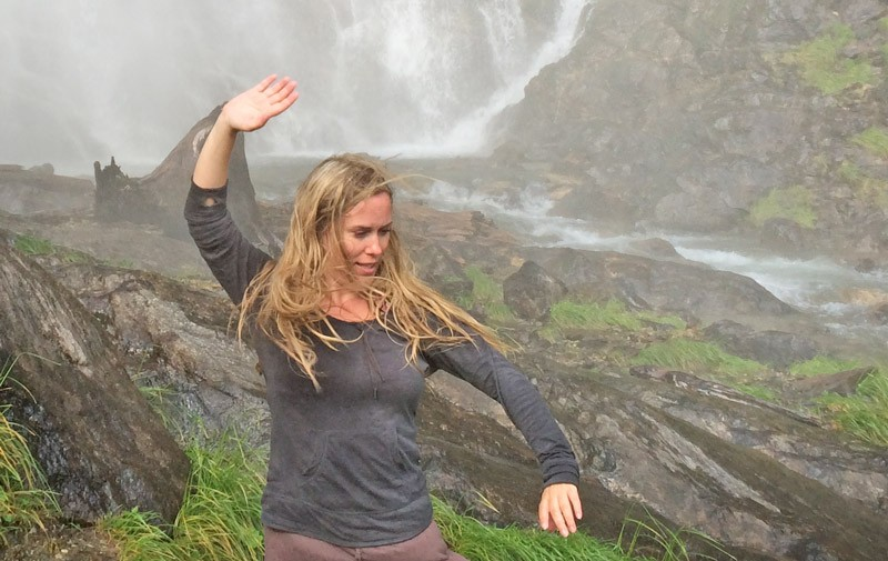Angela Cooper Taijiübung vor Wasserfall