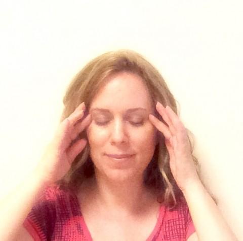 Du kannst deine Fingerspitzen ganz sanft aus Gallenblase 1 legen und sanft kreisend massieren, um zu entspannen und deine Augen zu erholen.