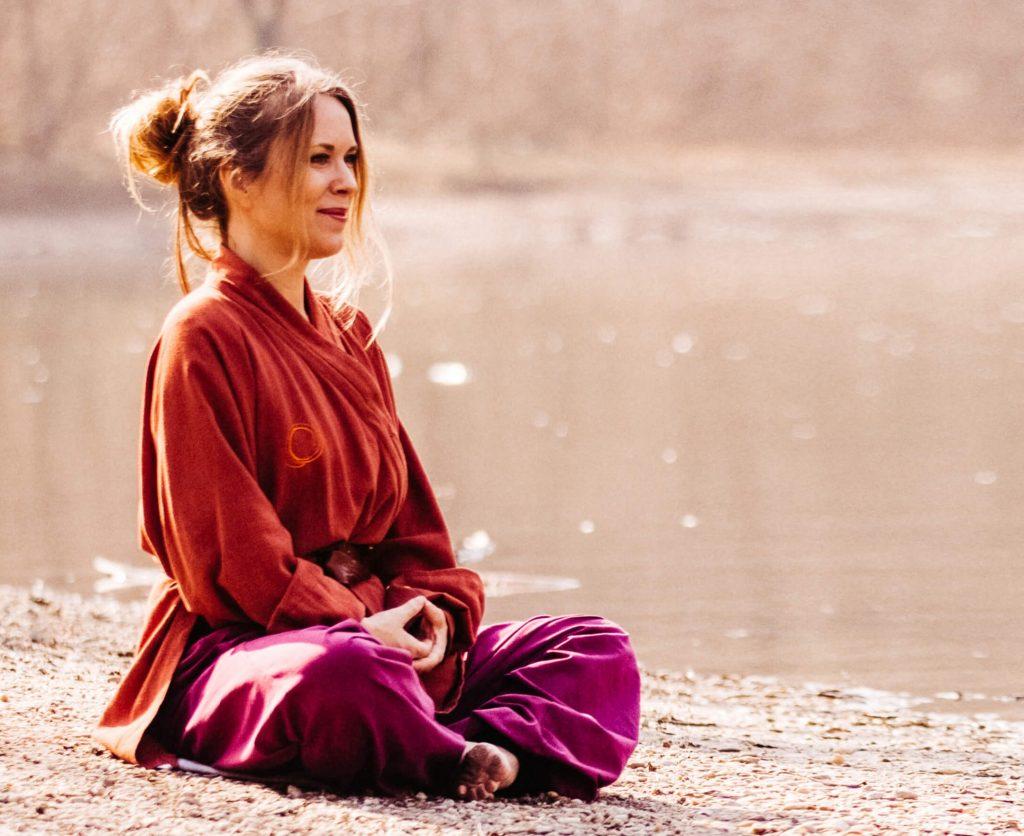 Qigong: Angela Cooper meditiert am See